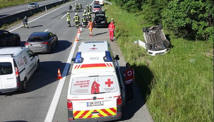 Aufräumarbeiten nach Verkehrsunfall auf A1